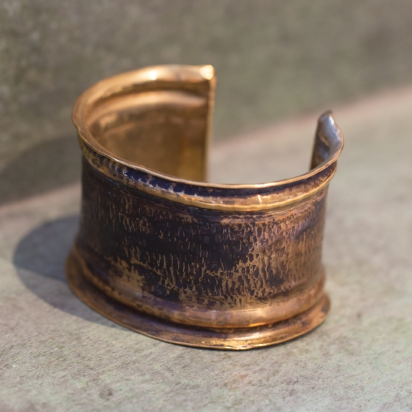 Manchette en bronze martelé